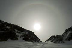 Alone di Sun in una montagna nevosa Immagine Stock