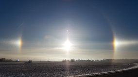 Alone di Sundog al tramonto nell'inverno Immagini Stock