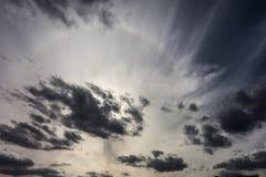 Alone di vista di panorama con il sole e le nuvole grige fotografia stock