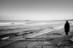 Alone på stranden. Arkivbilder