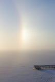 Alone parziale e pilastro in un lago congelato & nevoso Fotografia Stock