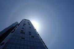 Alone solare con le costruzioni moderne Fotografia Stock