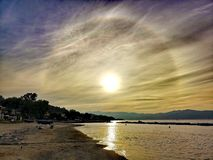 Alone solare con le nuvole whispy fotografia stock libera da diritti