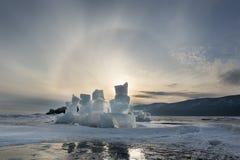 Alone solare sopra il lago Baikal congelato, Russia Immagini Stock