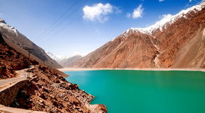 Alonge hermoso del camino el río de Gilgit en las montañas de Karakorum imagenes de archivo