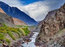 Alonge hermoso del camino el río de Gilgit en las montañas de Karakorum foto de archivo