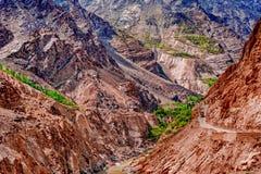 Alonge hermoso del camino el río de Gilgit en las montañas de Karakorum imágenes de archivo libres de regalías