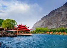 Alonge hermoso del camino el río de Gilgit en las montañas de Karakorum fotos de archivo libres de regalías