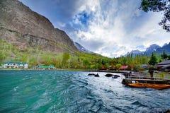 Alonge hermoso del camino el río de Gilgit en las montañas de Karakorum fotografía de archivo libre de regalías