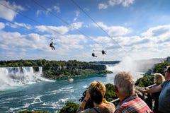 Alonng que viaja visto alambre público de la cremallera el Niagara Falls famoso, Ontario fotografía de archivo libre de regalías