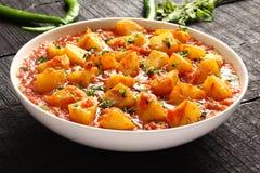 Aloo curry, potatis som lagas mat med kryddor royaltyfria bilder