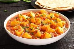 Aloo currymasala, potatis som lagas mat med kryddor royaltyfri fotografi