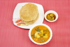 Aloo Puri avec Aachar Images stock