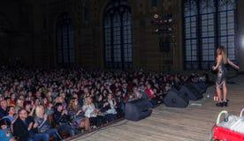 Οδησσός, Ουκρανία - 8 Απριλίου 2019: το πλήθος των θεατών στη συναυλία βράχου από ALOSHA κατά τη διάρκεια της μουσικής παρουσιάζε στοκ εικόνες