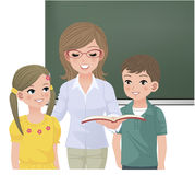 Школьный учитель читая aloud для зрачков Стоковая Фотография