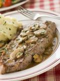 Aloyau de bifteck avec de la sauce à Diane et la pomme de terre de mâche Photo stock