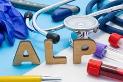 ALP Medycznego lab akronim, znaczy Alkalicznego fosfataz Listy które robią słowu ALP, lokalizować blisko próbnych tubk z krwią, s obrazy stock