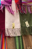 AlpacaScarves på shoppar i La Paz, Bolivia Arkivfoto