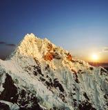 Alpamayo maximum i Cordilleras Royaltyfri Fotografi