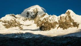 Alpamayoen Mounatin i den Huascaran nationalparken i Peru Royaltyfria Foton