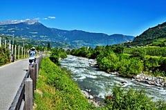 Alpe-ciclista italiano sulla traccia della bici in città Merano Immagine Stock