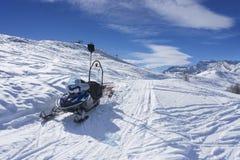 在滑雪胜地的雪道路在山, Alpe di Mera,意大利 免版税库存照片