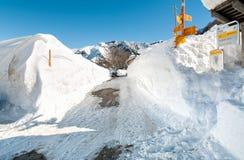 Alpe di Neggia con l'indicazione del passaggio pedonale coperta da alta neve Fotografia Stock