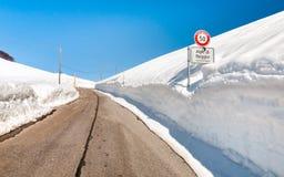 Alpe di Neggia, strada con alta accumulazione della neve, Svizzera di Gambarogno Fotografie Stock