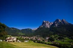 意大利阿尔卑斯- Alpe di Siusi镇风景 免版税库存照片