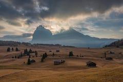 Alpe di Siusi, bergkant i Dolomitesberg Italien den alpina regionen södra Tyrol, skidar semesterorten Arkivbilder