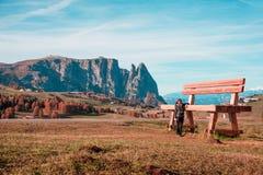 Alpe di Siusi, Italia - il 18 ottobre: la donna sta stando vicino ad un gia Fotografia Stock Libera da Diritti