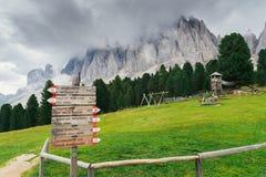Alpe di Siusi o Seiser Alm, Alto Adige o il Tirolo del sud, segnale stradale nelle dolomia, Italia della traccia di escursione Fotografie Stock