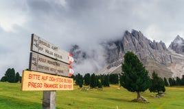 Alpe di Siusi o Seiser Alm, Alto Adige o il Tirolo del sud, segnale stradale nelle dolomia, Italia della traccia di escursione Fotografia Stock Libera da Diritti
