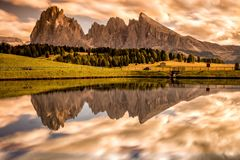 Alpe Di Siusi, Seiser Alm z - Sassolungo, Langkofel i Sassopiatto góry grupą w tle przy zmierzchem - zdjęcie royalty free