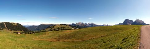 Alpe e montagne panoramiche idilliache meravigliose nelle dolomia ed in un chiaro cielo blu Immagini Stock Libere da Diritti
