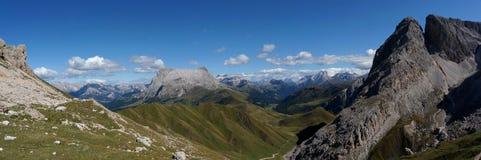 Alpe e montagne panoramiche idilliache meravigliose nelle dolomia ed in un chiaro cielo blu Immagine Stock Libera da Diritti