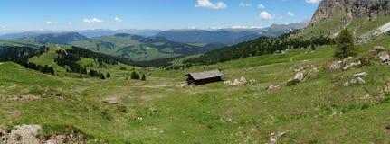 Alpe e montagne panoramiche idilliache meravigliose nelle dolomia ed in un chiaro cielo blu Fotografie Stock