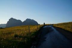 Alpe e montagne panoramiche idilliache meravigliose nelle dolomia ed in un chiaro cielo blu Fotografia Stock