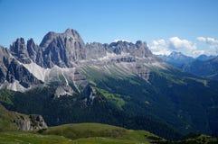 Alpe e montagne panoramiche idilliache meravigliose nelle dolomia ed in un chiaro cielo blu Immagine Stock