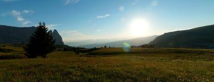 Alpe e montagne panoramiche idilliache meravigliose nelle dolomia ed in un chiaro cielo blu Fotografia Stock Libera da Diritti