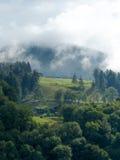 Alpe mit dem Anheben des Nebels Lizenzfreie Stockbilder