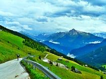Alpe-Outlook austriaco sul ciclista della strada di Zillertaler Immagini Stock