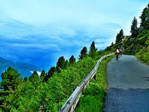 Alpe-vista austriaca dei ciclisti sulla strada della montagna di Zillertaler vicino a Hirschbichalm Fotografia Stock