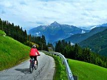 Alpe-vista austriaca del ciclista sulla strada della montagna Fotografia Stock Libera da Diritti