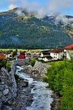 Alpe-vista austriaca della torrente montano del letto di The Creek in città Pfunds Fotografia Stock