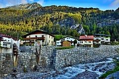Alpe-vista austriaca della torrente montano del letto di The Creek in città Pfunds Fotografie Stock