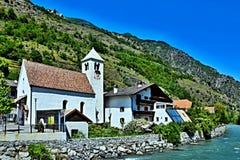 Alpe-vista italiana alla chiesa ed all'Adige in Stava Immagine Stock Libera da Diritti