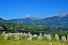 Alpe-vista italiana della città Tirolo Fotografie Stock Libere da Diritti