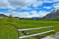 Alpe-vista svizzera della città Champfer Immagine Stock Libera da Diritti