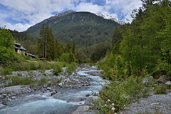 Alpe-vista svizzera sull'Sur-en della locanda del tributario Immagine Stock
